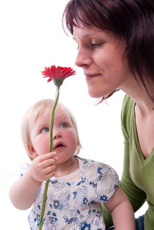 gratitudine: Bambino d� la sua madre fiori per Mothers Day