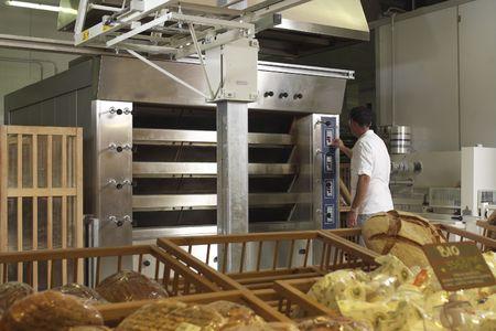 haciendo pan: horno industrial  Foto de archivo