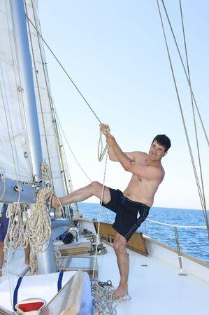 marinero: maduro hombre sonriendo mientras la elevaci�n de la vela