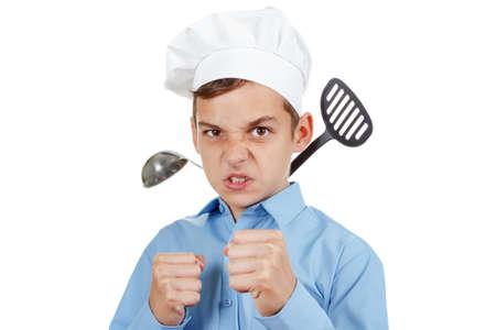 gorro chef: Grave joven delante de la competencia para cocinar. Humor en el sombrero de un cocinero. Aislado en blanco