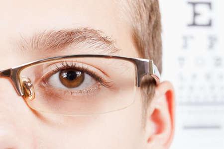 anteojos: Ni�o un oftalm�logo .Portrait de un chico con gafas. Ex�menes de la vista. Compruebe Vista de tabla. Macro estudio perfil disparar Foto de archivo