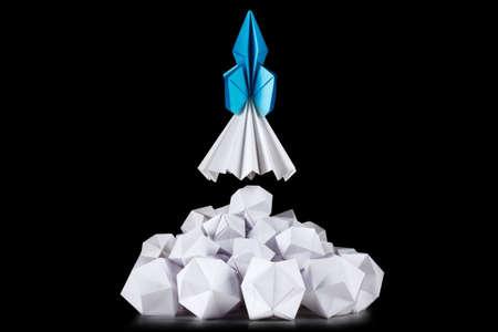 cohetes: Concepto de éxito de negocio o estrategia, por ejemplo, para el desarrollo de aplicaciones empresariales o nuevas empresas. El lanzamiento de un cohete en blanco nube de humo