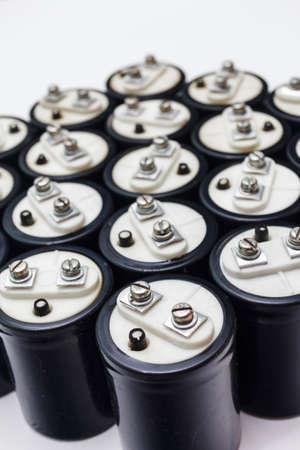 electrolytic: Colecci�n condensador electrol�tico con negro de dos m�s Clem y menos. Aislado en el fondo blanco
