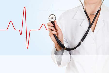 Cardiologo ascolta la frequenza cardiaca con uno stetoscopio. Concept design per la clinica per le malattie cardiache Archivio Fotografico