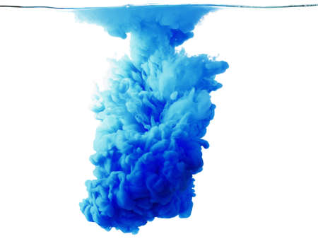 Color daling van water, gefotografeerd in beweging. Inkt al roerend in water. Wolk van inkt in het water geïsoleerd op een witte achtergrond. Kleurrijke inkt in water, inktdruppels. Stockfoto