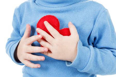 ataque al corazón: Manos que sostienen un símbolo del corazón del bebé, agarrándose el pecho. El concepto de amor, la salud y el cuidado Foto de archivo