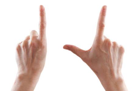 Gebaar, de hand van een mooie jonge vrouw geeft de richting aan of maakt gebaren op aanraakinrichtingen die groter worden. Zoomgebaar op witte achtergrond wordt geïsoleerd die