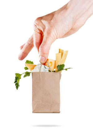 Paquete con un conjunto de queso en la mano. concepto de venta y entrega de productos lácteos. Aislado en blanco