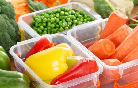Plateaux avec des légumes crus pour la congélation. Stocker pour le stockage d'hiver dans des récipients en plastique Banque d'images - 65592041
