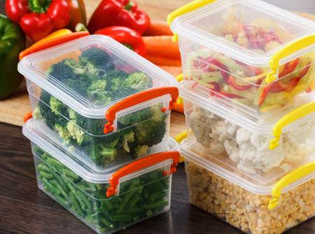 Trays met rauwe groenten voor het invriezen. Hamsteren voor de winter opslag in plastic containers