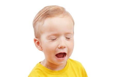 少年の悲鳴の白い背景の分離を大声で泣いている肖像画クローズ アップ