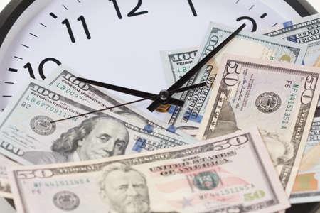 시간은 돈이다 시계 개념이다입니다. 화살표가있는 시계의 다이얼에 달러 지폐