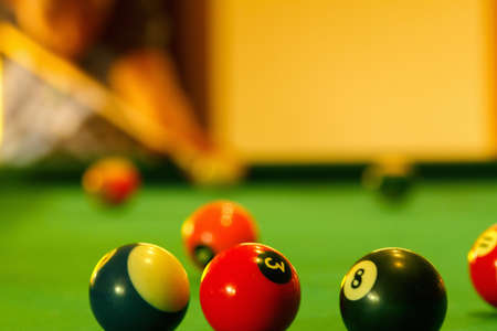 Playing man by cue in billiard pool activity game. Banque d'images