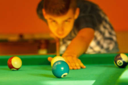 Playing man by cue in billiard pool activity gam eparty. Banque d'images