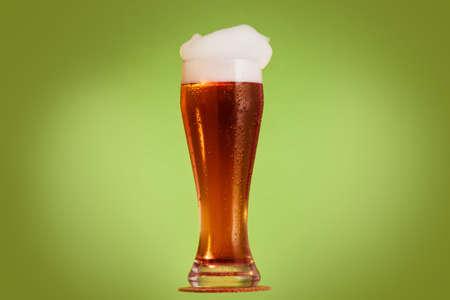 Cerveza dorada en vaso con espuma, bebida alcohólica, espuma.
