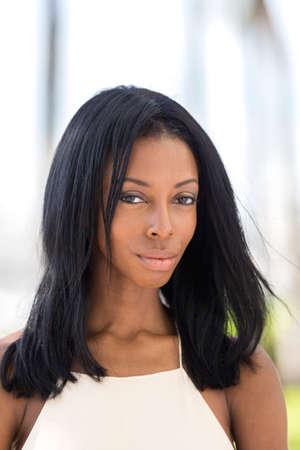 modelos negras: Retrato de una joven mujer afroamericana, al aire libre.? Foto de archivo