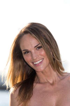cara sonriente: Retrato de una mujer joven, al aire libre.? Foto de archivo