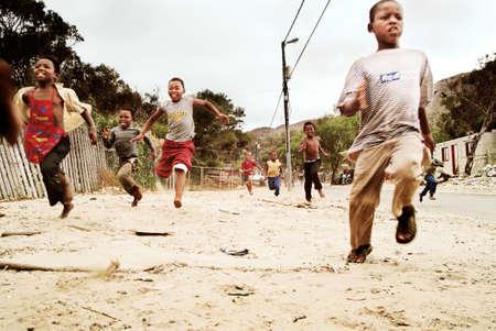 Kinderen lopen. Township in Zuid-Afrika.