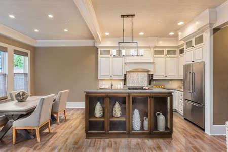 Keuken en eetkamer interieur in nieuwe luxe huis Stockfoto
