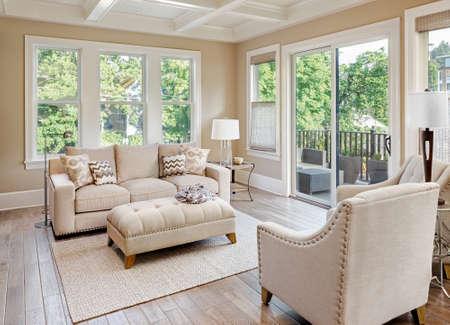 case moderne: Bel soggiorno con pavimenti in legno nella nuova casa di lusso