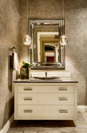 cuarto de ba�o: Vanidad con el espejo en la casa de lujo Foto de archivo