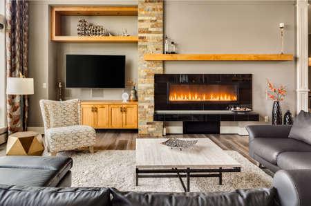 Ingerichte woonkamer in luxe huis met een brandende open haard