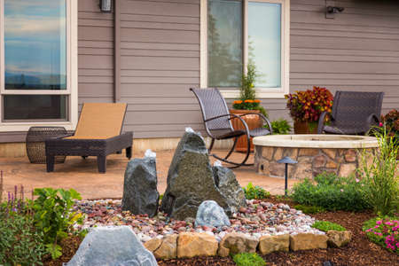 Patio al aire libre detrás nuevo hogar Foto de archivo - 45169091
