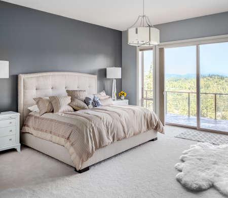 chambre � coucher: Meubl� chambre de ma�tre en nouvelle maison Banque d'images