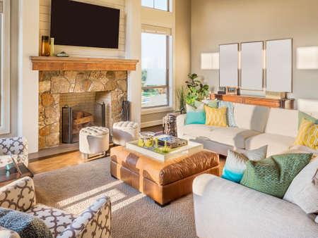 Hermosa sala de estar con pisos de madera y chimenea