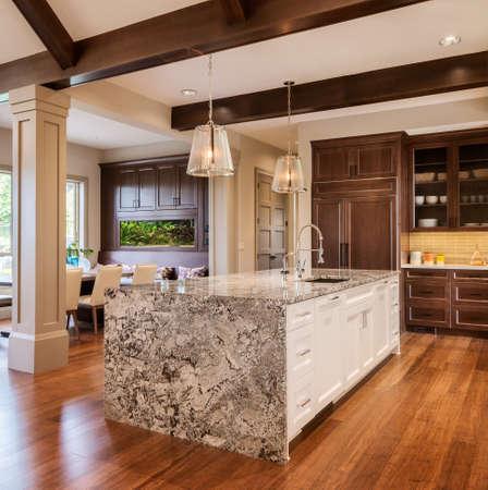 marbles: Nueva Cocina en casa suburbana de lujo