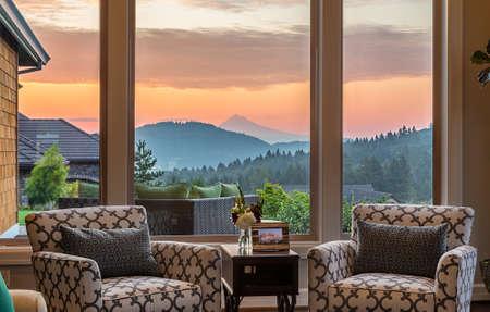 Herrliche SunsetSunrise Blick vom Wohnzimmer in New Luxury Home Standard-Bild