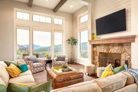 Mooie woonkamer met hardhouten vloeren en uitzicht Stockfoto