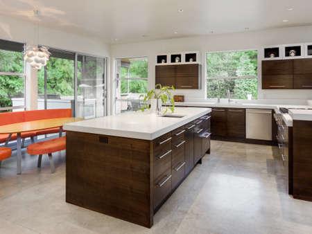 marbles: Cocina con Isla, fregadero, armarios y mesa de comedor en Nueva Casa de lujo