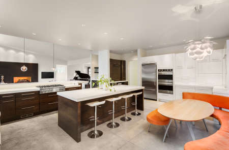 cucina moderna: Cucina con isola, Lavandino, armadi, e vista del soggiorno in nuova casa di lusso