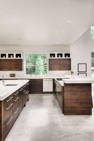 canicas: Cocina con Isla, fregadero, armarios, y pisos de madera Foto de archivo