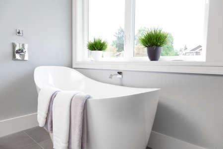 Bad in master badkamer in de nieuwe luxe huis