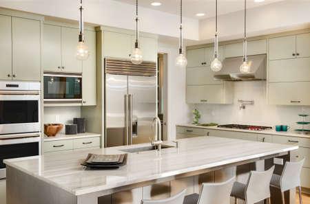 キッチンには新しい高級住宅にフローリングの床、キャビネット、シンク島