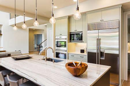 case moderne: Interno di cucina con isola, Lavandino, armadi, e pavimenti in legno Archivio Fotografico