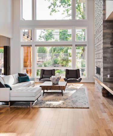suelos: salón interior con pisos de madera y chimenea en casa de lujo
