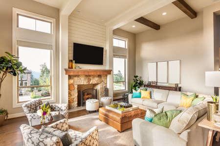 case colorate: Bel soggiorno con pavimenti in legno e splendida vista Archivio Fotografico