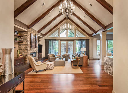Mooie woonkamer met hardhouten vloeren, tv, en open haard Stockfoto