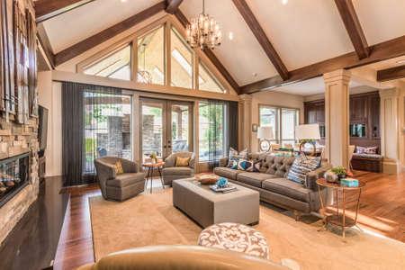 Eingerichtetes Wohnzimmer in Luxus-Haus Standard-Bild - 50555926