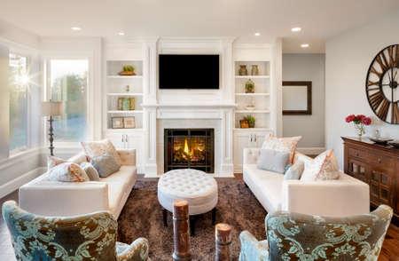 Piękny salon z drewnianą podłogą i niesamowitym widokiem