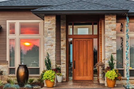 exteriores: Detalle exterior del hogar con la reflexión de la puesta del sol colorida Foto de archivo