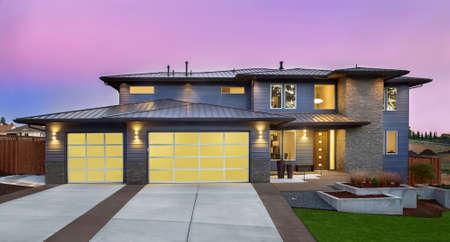 Mooie Buitenkant van New Luxury Home bij zonsondergang met kleurrijke hemel