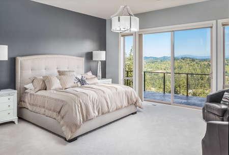 chambre: Chambre à coucher principale en Maison de luxe avec vue magnifique Banque d'images