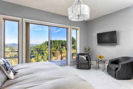 아름다운 전망이있는 럭셔리 홈의 마스터 침실