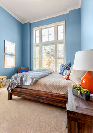 Children's slaapkamer in luxe huis, verticale oriëntatie, met grote ramen en een kleurrijk interieur