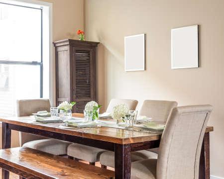 Möbliert Esszimmer mit Platz-Einstellungen Standard-Bild - 50557134