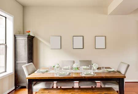 familia cenando: Amueblada Comedor con servicios de mesa Foto de archivo